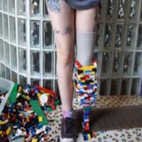 O femeie uimeste lumea dupa ce isi face o proteza pentru picior din piese de Lego