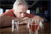 Un barbat isi reclama vecinii pentru ca nu beau cu el