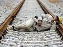 Alcoolul l-a salvat: un barbat a scapat fara zgarieturi dupa ce trenul a trecut peste el