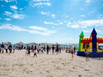 Copii, bucurie, plaja, mare, soare si… dans – o zi perfecta de 1 iunie, cu cadouri si prietenie la Eforie Nord
