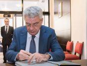 Premierul Mihai Tudose a semnat în cartea de condoleanţe deschisă la Ambasada Regatului Spaniei în România, după atentatele teroriste de la Barcelona