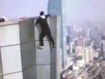 Un chinez moare dupa ce esueaza in incercarea de a face tractiuni agatat de acoperisul unui bloc de 62 de etaje