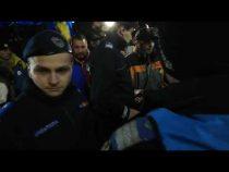 Jandarmii au fost huiduiți copios în Piața Victoriei. S-au făcut de râs cu o reținere ratată